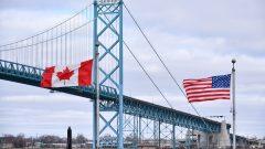 """جسر """"أمباسادور"""" على الحدود بين مدينة وندسور في مقاطعة أونتاريو ومدينة ديترويت في الولايات المتحدة الأميركية - The Canadian Press / Rob Gurdebeke"""