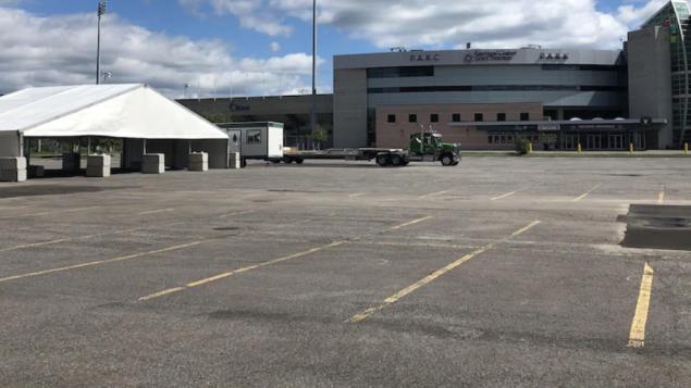 مركز اختبار الكشف عن فيروس كورونا المستجدّ في موقف سيّارات /Hugo Bélanger/ Radio-Canada