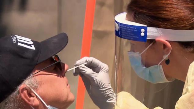 شخص يخضع لاختبار الكشف عن كوفيد-19 في عيادة في مدينة ليفي الكيبيكيّة/Radio-Canada