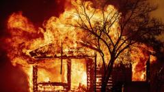 تشارك عناصر من أجهزة الإطفاء الكنديّة في إخماد الحرائق المستعرة في ولايتي أكاليفورنيا و أوريغون /Noah Berger/ AP