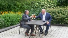 دوغ فورد رئيس حكومة أونتاريو (إلى اليمين) مستقبلا في تورونتو رئيس حكومة كيبيك فرانسوا لوغو/(Chris Young/CP