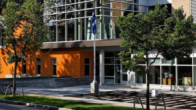 مدرسة غراند هيرمين في ليموالو في مقاطعة كيبيك حيث أفيد عن حالتي كوفيد-19/Ecole Grande Hermine