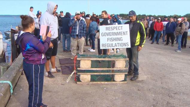 لافتة رفعها محتجّون على مرفأ سونييفيل في نوفا سكوشا تدعو إلى احترام قواعد الصيد الفدراليّة/Steve Lawrence/CBC