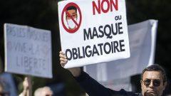 تجمع يوم السبت الماضي في مونتريال، آلاف المتظاهرين لمعارضة الإجراءات الصحية ، بما في ذلك ارتداء الأقنعة والتلقيح - The Canadian Press / Graham Hughes