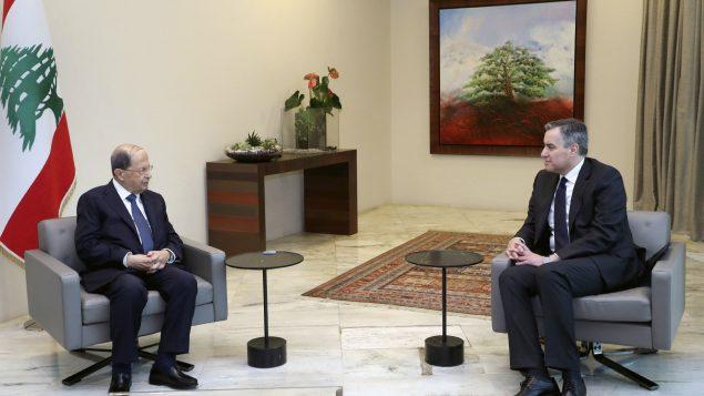 مصطفى أديب (إلى اليمين)، رئيس الوزراء اللبناني المكلّف المستقيل مع الرئيس اللبناني ميشال عون في قصر بعبدا يوم السبت 26 سبتمبر أيلول 2020 - Dalati Nohra via AP