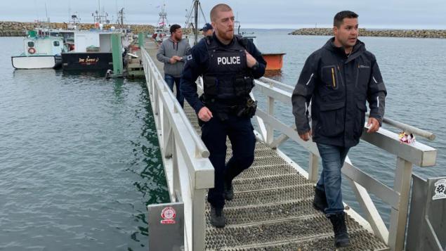 عنصر من الشرطة الفدراليذة في مرفأ سونييفيل في نوفا سكوشا /Paul Legere/CBC
