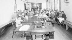 بين القرن التاسع عشر حتى أواخر التسعينيات، تم انتزاع 150.000 طفل من أبناء الأمم الأوائل والإنويت والخلاسيين من أسرهم ووضعهم في أكثر من 130 مدرسة داخلية - Photo : Library and Archives Canada