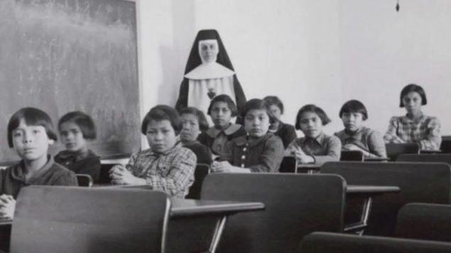 """المدرسة الداخلية للسكان الأصليين في """"كروس ليك"""" سنة 1940 – Photo : Library and Archives Canada"""