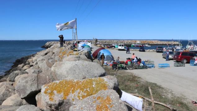 رصيف مرفأ سونييفيل في نوفا سكوشا حيث الخلاف محتدم بين الصيادين التجاريّين والصيادين من أبناء السكّان الأصليّين/Jeorge Sadi/CBC