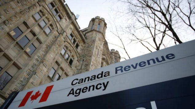 أعاد العديد من الكنديّين مبالغ من المال تلقّوها من برامج المساعدة الطارئة دون أن يكونوا مؤهّلين لها حسب وكالة الدخل الكنديّة/Chris Wattie / Reuters