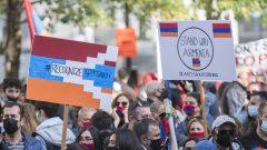 أفراد من الجالية الأرمنية في مونتريال خلال مظاهرة يوم الأحد 4 أكتوبر تشرين الأول 2020 في الوقت الذي يشتدّ فيه القتال بين أرمينيا وأذربيجان - The Canadian Press / Graham Hughes