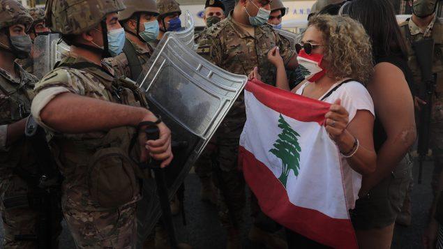 متظاهرون في بيروت وجها لوجه مع عناصر من الجيش في 05-10-2020/Hussein Malla/AP
