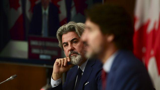 رئيس الحكومة جوستان ترودو (إلى اليمين) وزعيم الكتلة الليبراليّة البرلمانيّة بابلو رودريغيز في مؤتمر صحفي في 16-10-2020/Sean Kilpatrick/CP