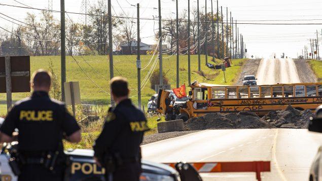 عنصران من شرطة أونتاريو أمام حاجز نصبه السكّان الأصليّون في كاليدونيا في 23 -10-2020/Tara Walton/CP