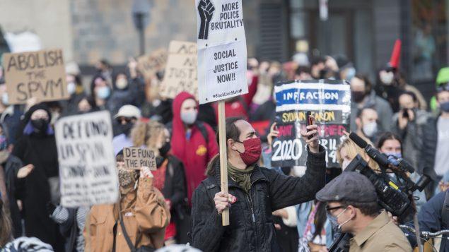 متظاهرون في مونتريال يدعون إلى إلغاء تمويل الشرطة في 24-10-2020/Graham Hughes/CP