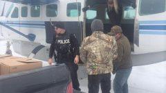 ابناء السكّان الأصليّين في محميّة نشكنتاغا يفرغون شحنة من المياه المعبّأة في 25-10-2020/HO-Matawa First Nations Management, /The Canadian Press/