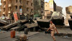 قوّات الأمن العراقيّة تزيل بلوكات الإسمنت وتفتح الطرقات في بغداد بعد مظاهرات الاحتجاج في 28-10-2020/Khalid Mohammed/AP
