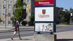 لافتة تحمل شعار جمعة كوينز في أونتاريو/Lars Hagberg/CP