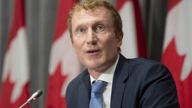 وزير الخدمات للسكّان الأصليّين مارك ميلر قال إنّ الحكومة سوف تغطّي نفقات إجلاي أبناء المحميّة/ Adrian Wyld / CP