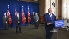 رئيس حكومة أونتاريو دوغ فورد يتحدّث في مؤتمر صحفي شارك فيه كبار مسؤولي الصحّة في المقاطعة/Nathan Denette/CP