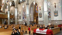 حضر الجنازة التي أقيمت في كاتدرائية سانت مايكل التي تم ترميمها حديثًا نحو من 170 من المدعوّين. وحدّد المنظمون قائمة الضيوف بسبب جائحة كورونا. و لم يكن الحفل مفتوحًا للجمهور - The Canadian Press / Nathan Denette