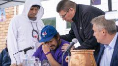 كارول دوبيه، زوج جويس إيتشاكوان (في الوسط)، خلال وقفة احتجاجية في أوتاوا - 02.10.2020 - The Canadian Press / Paul Chiasson