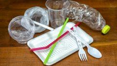 """يرمي الكنديون 3 ملايين طن من البلاستيك كل عام. """" ما يعادل 570 كيس قمامة مملوءة بالبلاستيك كل دقيقة - iStock / Sakdawut14"""