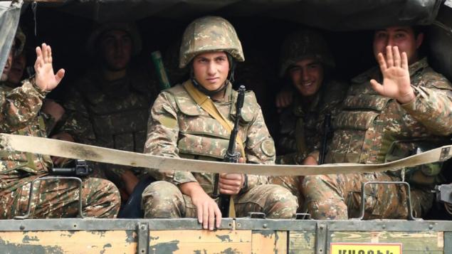 جنود في شاحنة في بلدة مارتكيرت في إقليم ناغورنو كاراباخ/Narek Aleksanyan/ Getty Images/ AFP