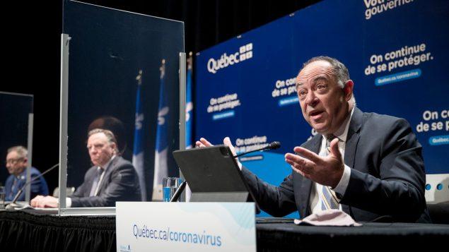من اليمين: كريستيان دوبيه وزير الصحّة و فرانسوا لوغو رئيس حكمة كيبيك و د. أوراسيو أرودا مدير وكالة الصحّة العامّة/Marco Campanozzi, POOL/CP