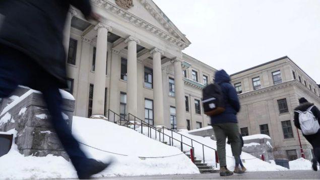 تلاميذ يسيرون وسط الثلوج أمام جامعة أوتاوا (ارشيف) Francis Ferland/CBC
