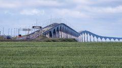 سيّارات فوق جسر الكونفدراليّة الذي يربط مقاطتَي جزيرة برنس إدوارد و نيو برنزويك في الشرق الكندي المطلّ على الأطلسي/Brian McInnis/CP