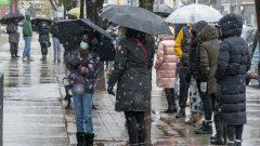 متسوّقون ينتظرون في صفوف طويلة أمام المتاجر في تورونتو قبل موعد الإغلاق في 22-11-2020/Frank Gunn/CP