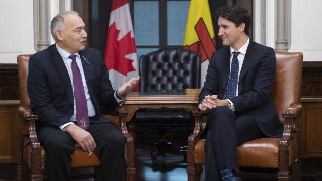 جوستان ترودو رئيس الحكومة الكنديّة (إلى اليمين) و جو سافيكاتاك رئيس حكومة إقليم نونافوت في 28-11-2019//Adrian Wyld/CP