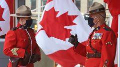عنصران من الشرطة الملكيّة الكنديّة ينتظران وصول المسؤولين إلى مجلس الشيوخ بمناسبة خطاب العرش في 23-09-2020/Fred Chartrand/CP
