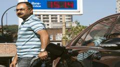 تستهدف حكومة كيبيك حظر جميع المركبات الجديدة للاستخدام الشخصي: السيارات الصغيرة وسيارات الدفع الرباعي والشاحنات الصغيرة. ومع ذلك ، ستظل سيارات البنزين المستعملة متاحة للبيع - (أرشيف 2012) - The Canadian Press / Ryan Remiorz