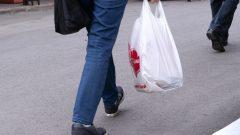 حظرت العديد من المدن الكنديّة أغراض البلاستيك الأحاديّة الاستخدام/Paul Chiasson/CP