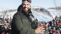 الكندي لوران دوفرنيه تارديف عضو فريق تشفيز لكرة القدم الأميركيّة الذي فاز فريقه ببطولة السوبر بول أمام منحوتة من الثلج تمثّل كأس فينس لومباردي في مونتريال في 09-02-2020/Graham Hughes/ CP