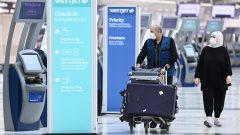 ووفقًا لبيانات وكالة خدمات الحدود الكندية ، دخل ما يزيد قليلاً عن مليون مسافر كندي إلى البلاد جوًّا منذ 21 مار آذار الماضي - (مطار بيرسون الدولي في تورونتو - 14.10.2020) - The Canadian Press / Nathan Denette