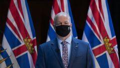 جون هورغان رئيس حكومة بريتيش كولومبيا يستبعد حاليّا فرض العزل الصحّي على المسافرين الواصلين إلى المقاطعة/Jonathan Hayward/CP