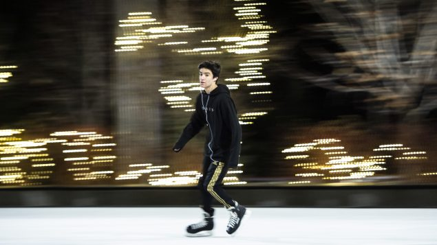 التزحلق على الجليد في إحدى ساحات أوتاوا بعد إلغاء أسواق الميلاد التي كان مقرّرا أن تُقام فيها في 25-12-2020/Justin Tang/CP