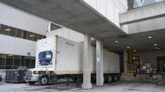 بريتيش كولومبيا نشرت شاحنات مبرّدة لحفظ الجثث لِزيادة قدرة استيعاب المشارح/Geoff Robins/CP