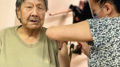 مسنّ يتلقّى لقاح مودرنا المضادّ لفيروس كورونا المستجدّ في إيكالويت عاصمة إقليم نونافوت في الشمال الكندي الكبير/HO-Government of Nunavut/CP