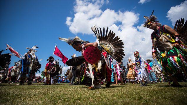 أزياء السكّان الأصليّين لها رموزها في ثقافتهم والمناسبات والاحتفالات التي يقيمونها/Darryl Dyck/CP