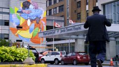 جداريّة تكرّم عمّال الصحّة أمام المستشفى اليهودي العام في مدينة مونتريال/Paul ChiassonCP