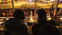 سهرة على ضوء الشموع في إدمنتون في ذكرى تحطّم الطائرة الأوكرانيّة التي تحطّمت بعد إقلاعها من مطار طهران، وظهرت صور الضحايا في خلفيّة الصورة/Jason Franson/CP