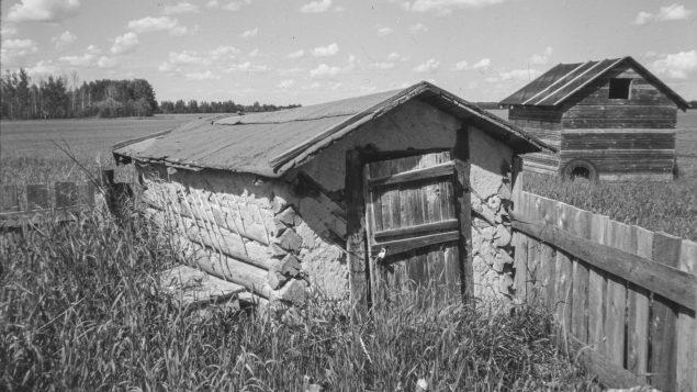 مبنى قديم في امبر فاليه كان يُستخدم لتخزين المواد الغذائيّة/HO-Provincial Archives of Alberta, J.312/2/CP