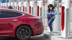 تشجّع المقاطعات الكنديّة السكّان على شراء السيّارات الكهربائيّة وتقدّم لهم الحوافز في إطار جهود التحوّل إلى الطقة النظيفة/Frank Gunn/CP