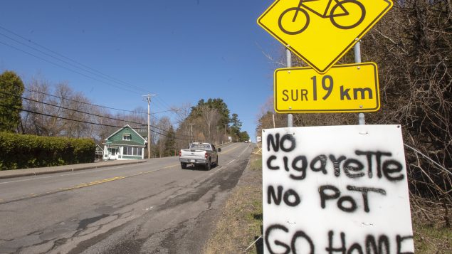 لافتة تدعو إلى عدم دخول محميّة كنسيتاكي للسكّان الأصليّين في كيبيك التي انتشرت فيها عدوى كوفيد-19 في 20-04-2020/Ryan Remiorz/CP