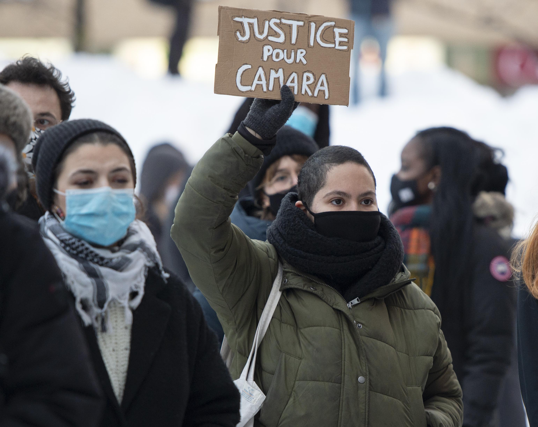 ظّم نشطاء أمس الجمعة تجمّعا في مونتريال للتنديد بالتنميط العرقي ولتقديم دعمهم لمامادي كامارا - The Canadian Press/ Ryan Remiorz