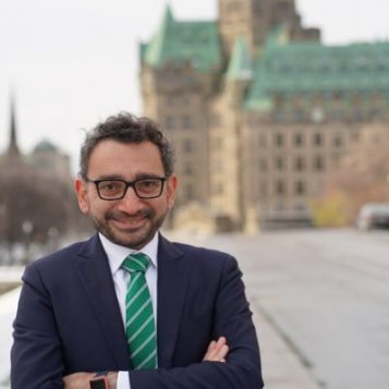 قصص نجاح عربية في كندا -الحلقة 1- الوزير عمر الغبرة: من شاب مهاجر إلى وزير كندي